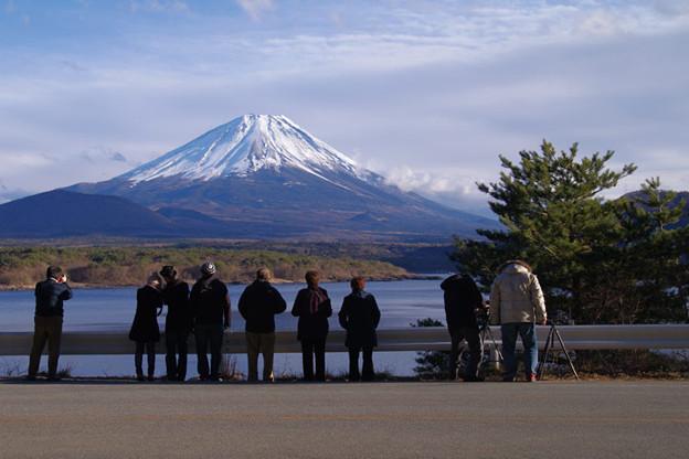 s6402_本栖湖と富士山を眺める人々