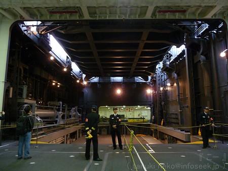121012-ひゅうが 格納庫から船首リフターUP (110)
