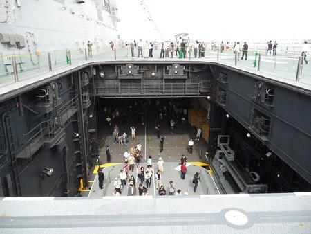 121012-ひゅうが 甲板から船首リフターUP (1)
