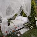 国バラガーデニング 屋外の白いダブルベッド