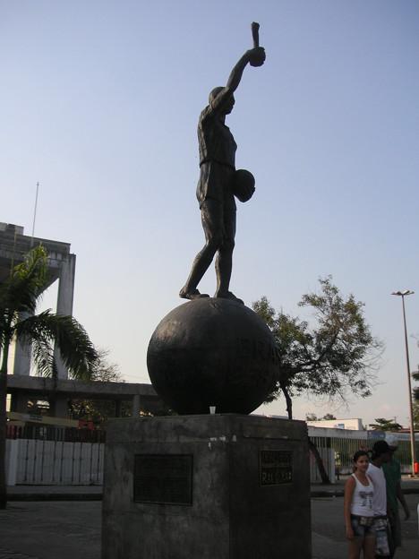 スタジアム正面銅像 (2)