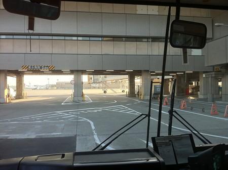 バスに乗って飛行機まで移動