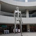 写真: 東京オペラシティの巨人像 (新宿区西新宿)