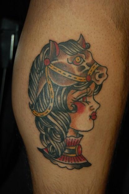 馬とトラッドガールのタトゥー trad girl with horse tattoo