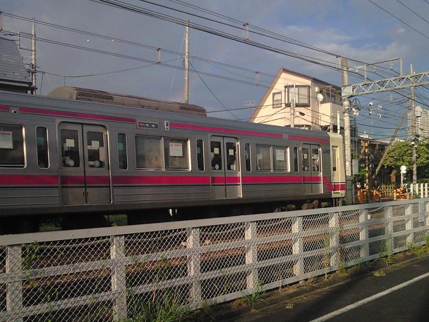 地上最終日の京王線調布駅辺り。雨が上りに虹が出ました。