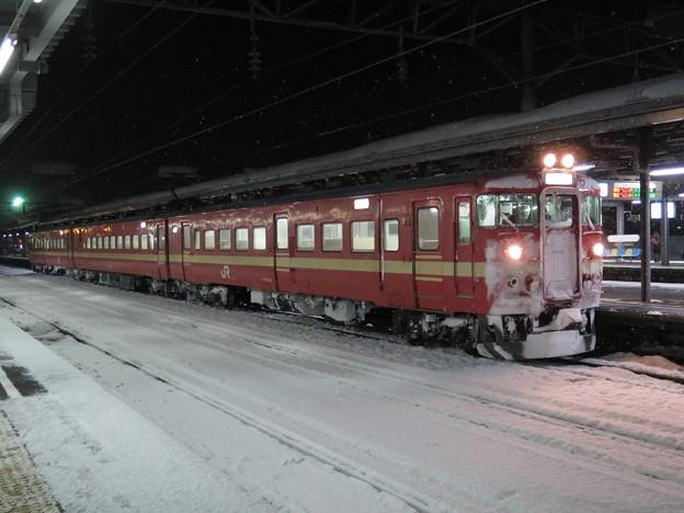 711系の三扉改造車。雪明かりに照らされて際立つ。