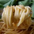 「Hachi ほぐし蟹と完熟トマトのかにクリームソース パスタ」の麺アップ