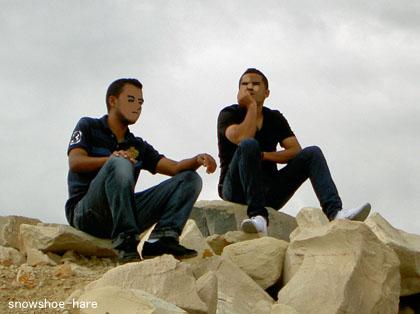 海の岩場で待つ2人