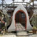 写真: 船型レストランの入口