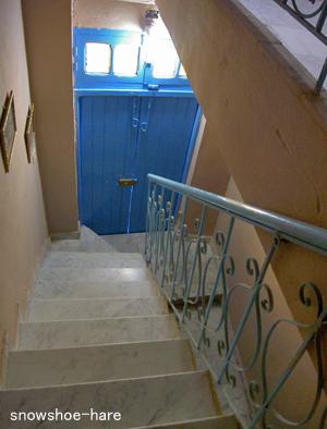 狭くて急な階段(2→1階)