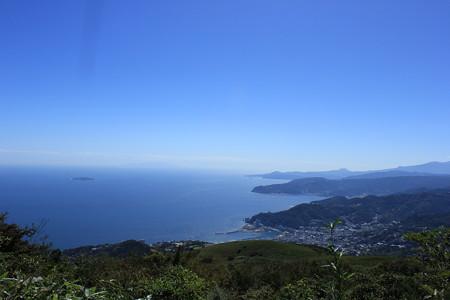 14岩戸山山頂から伊豆の海を臨む
