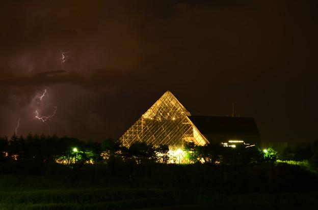 黄金のピラミッドにイナズマが!