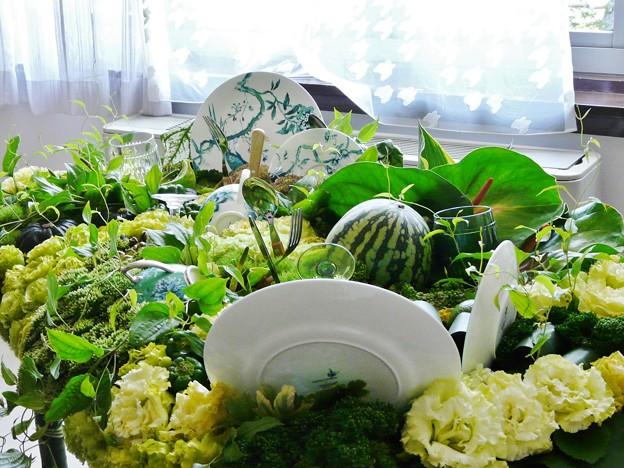 花と食器とフルーツと?