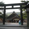 写真: 出雲大社 銅鳥居と神官