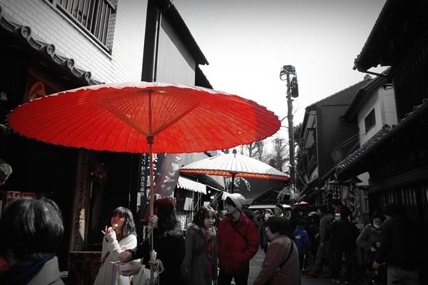 赤い傘の下で