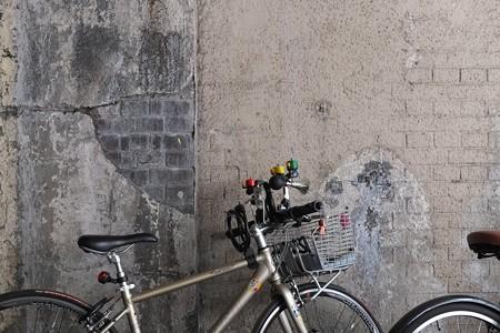 2013.02.17 有楽町 ガードのレンガと自転車