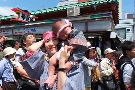 2013.05.18 浅草 三社祭 仲見世 母の肩