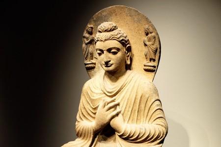 2014.01.08 東京国立博物館 如来坐像 ガンダーラ 光背右にはインドラ左にはブラフマー
