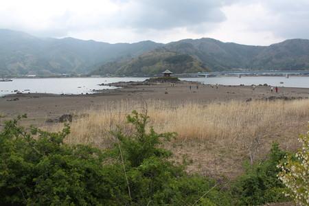 湖湾から見た六角堂