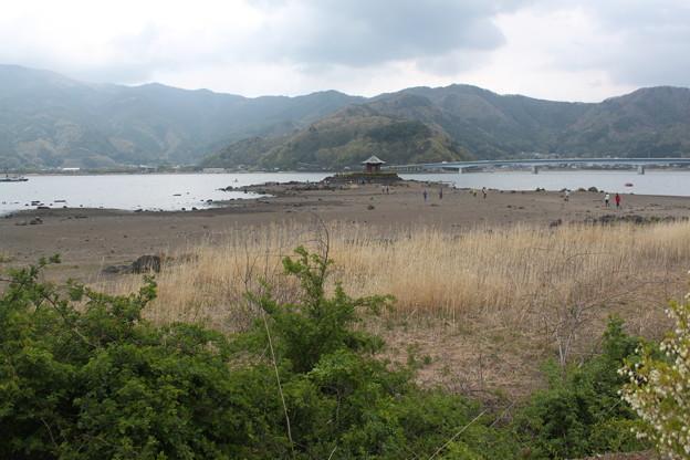 写真: 湖湾から見た六角堂