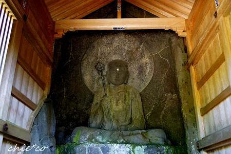 岩に浮彫りされた・・地蔵菩薩坐像・・(磨崖仏)