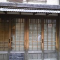 写真: 軒下初めてのお休み(・_・...