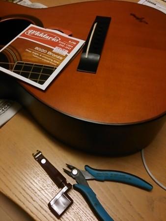 さて弦張りっ、弦がなければグイターは鳴らぬ。んん、エア専門で行くかっ。よしっ、パーペキっっっ10