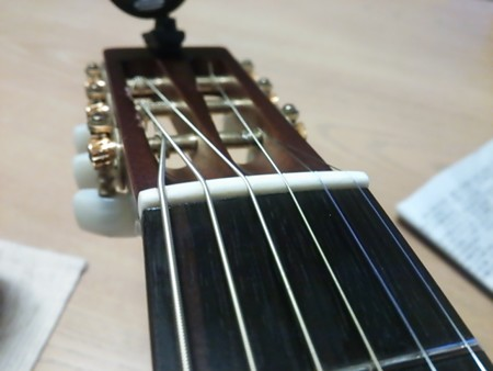 【blog記録用】弦も換えて貰いました。タダリオブロンズコーティングカスタムライト、ありゃ、テンション低すぎ(・∀・)4
