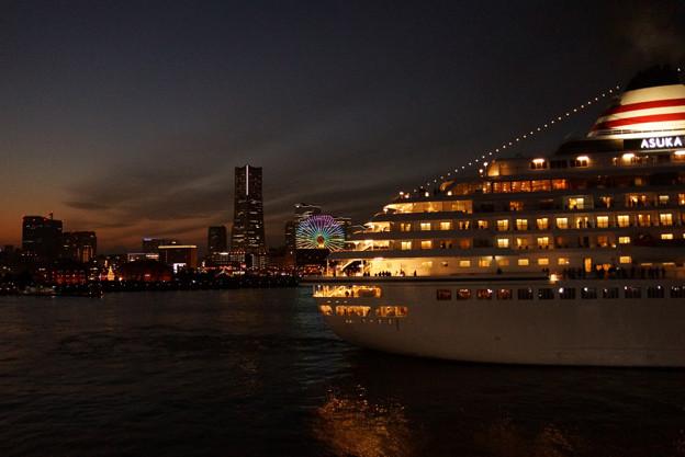 写真: 夜景の中を出港3!