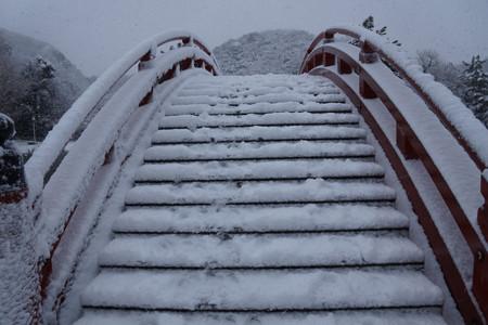 雪の反り橋を渡る!2013