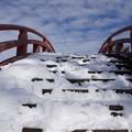 雪の反橋を登る!140209