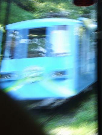 途中で、ブルーのケーブルカーとすれ違い1-4