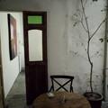 レストランからワインバーの扉があります。