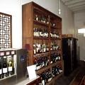 ワインバーの陳列棚。