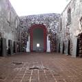 正面の赤い枠の所がザビエルの納骨されている墓です。