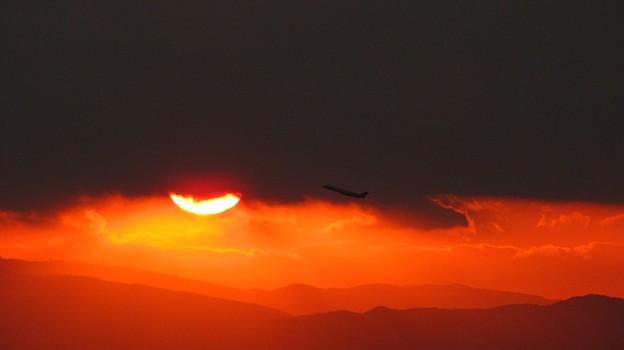「昨日の夕日と機影・・・」です・・・・