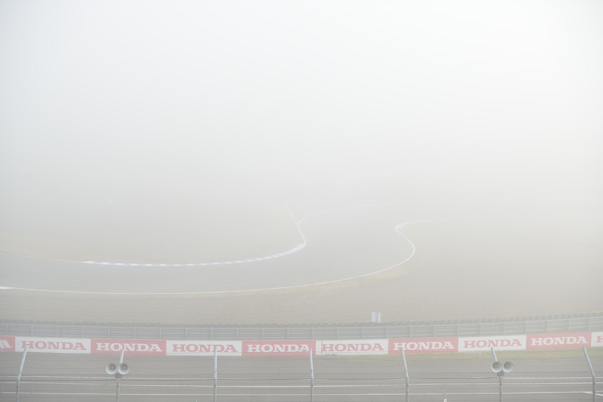 霧の中のサーキット