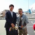 写真: 佐々木市議と渡邊事務局長(1)