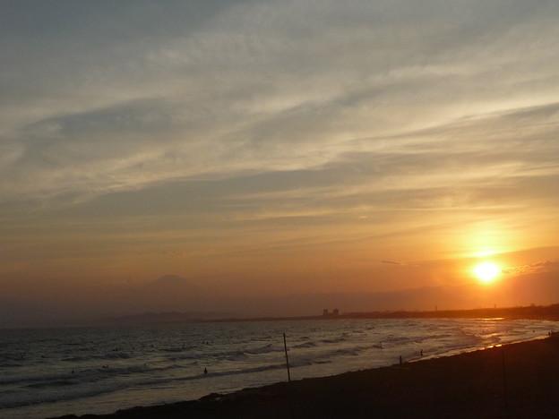 湘南海岸に沈む夕日と富士山2