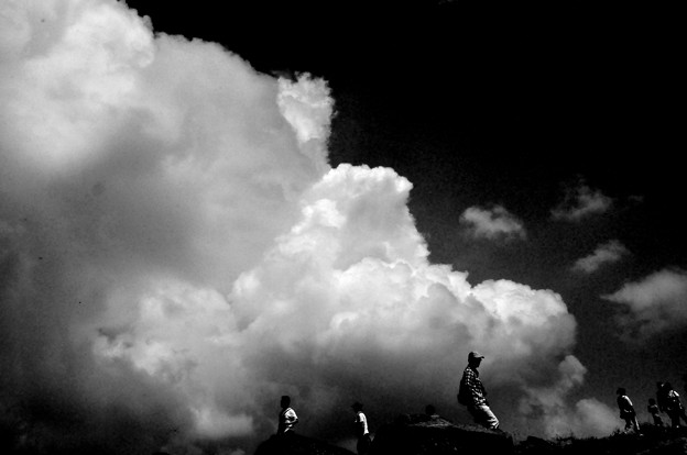 車山 雲を背負って モノクロ