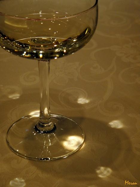 写真: グラスに踊る光