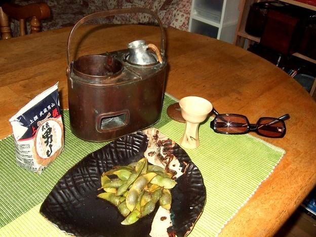 収穫したての茶豆と燗銅壺