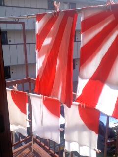 洗われた旗たち。