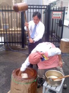 浅尾慶一郎の餅つき。