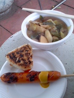 振る舞われる芋煮など(西鎌倉芋煮会)。 (2)