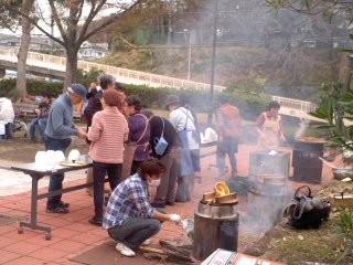 竃(かまど)の賑わい(西鎌倉芋煮会)。
