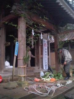 新年の準備中(熊野神社)。