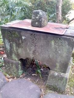 手水鉢(第六天神社)。