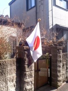 祝日には国旗を3。