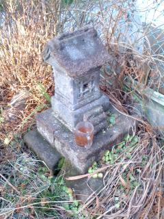 公会堂裏の石祠。